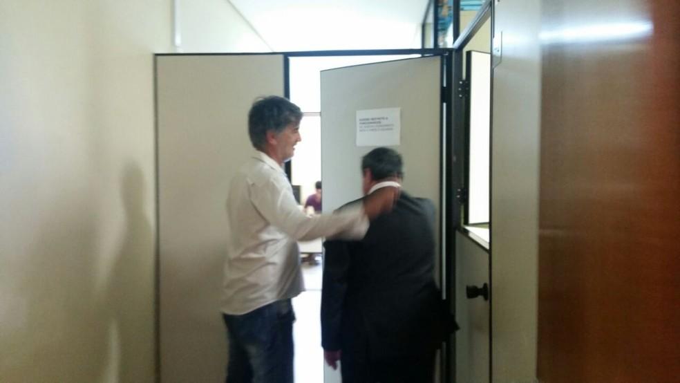 Diretor do Boa Esporte, Rildo Moraes e o advogado de Bruno, Lúcio Adolfo, chegam ao Fórum sem o goleiro (Foto: Régis Melo)