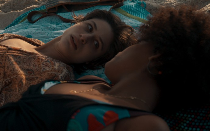 Rose tenta fazer Débora mudar de ideia (Foto: TV Globo)