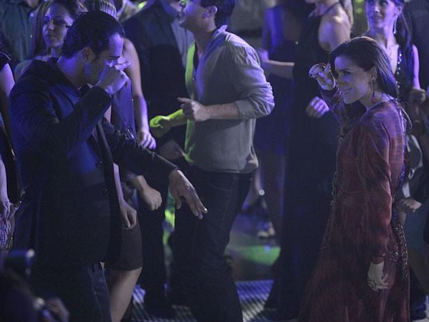 Helô quebra tudo com o ex de Bianca na pista de dança (Foto: Salve Jorge/TV Globo)