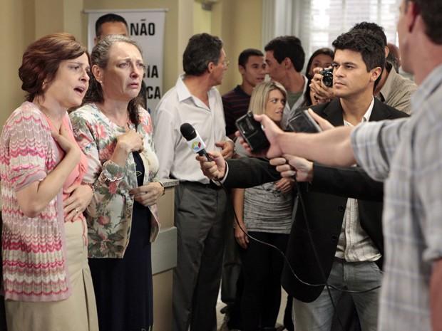 Nieta e Semíramis vão parar na delegacia (Foto: Guerra dos Sexos/TV Globo)