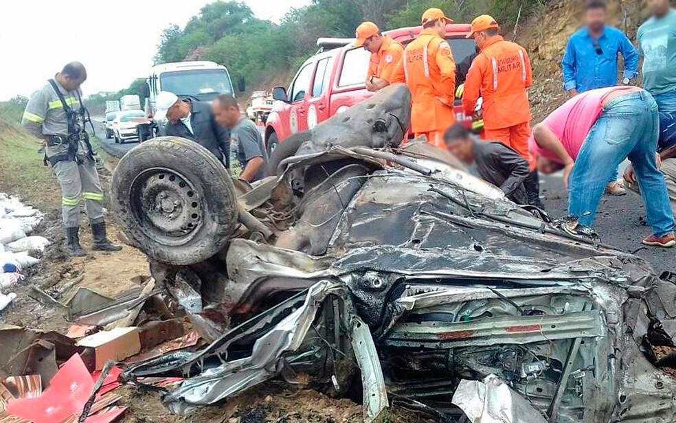 Acidente deixou carro destruído em Jequié, sudoeste da Bahia (Foto: Itituçu online)