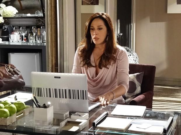 Lívia descobre que localizaram Irina pelo computador (Foto: Salve Jorge / TV Globo)