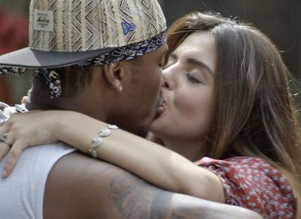 Luana e Iraque ficam cheios de intimidade e beijam muito