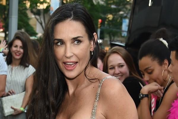 A atriz não temeu os fios brancos (Foto: Getty Images)