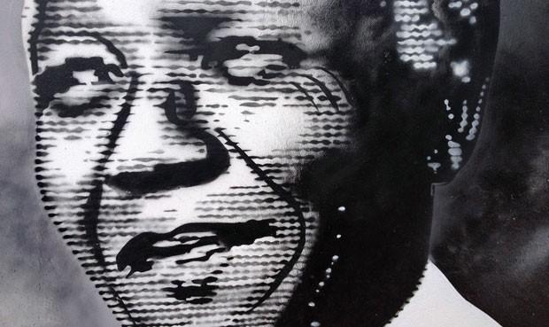 Por toda a cidade de Johanesburgo, placas, cartazes e outdoors fazem homenagens a Mandela (Foto: Giovana Sanchez/G1)