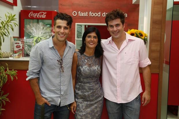 Bruno Gagliasso, Lúcia e Thiago Gagliasso em inauguração de restaurante na Zona Oeste do Rio (Foto: Felipe Assumpção e Leo Marinho/ Ag. News)