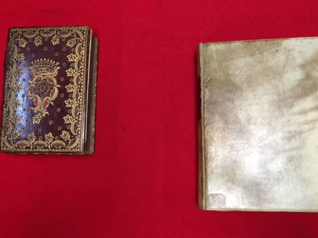 Dois dos livros de horas que fazem parte do acervo da Biblioteca Nacional, no Rio de Janeiro. Cada um deles foi feito à mão por volta de 1460, na região de Flandres. (Foto: Cristina Boeckel/ G1)
