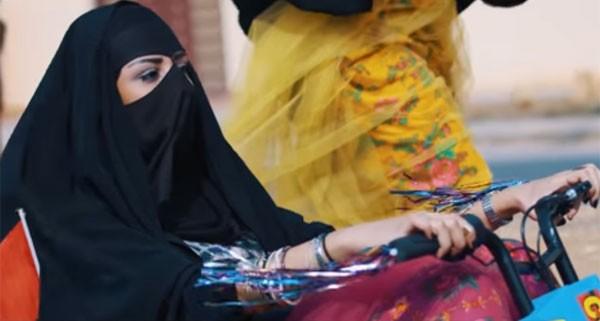 """Trecho do clipe """"Hwages"""" estrelado por jovens sauditas (Foto: Reprodução Youtube)"""