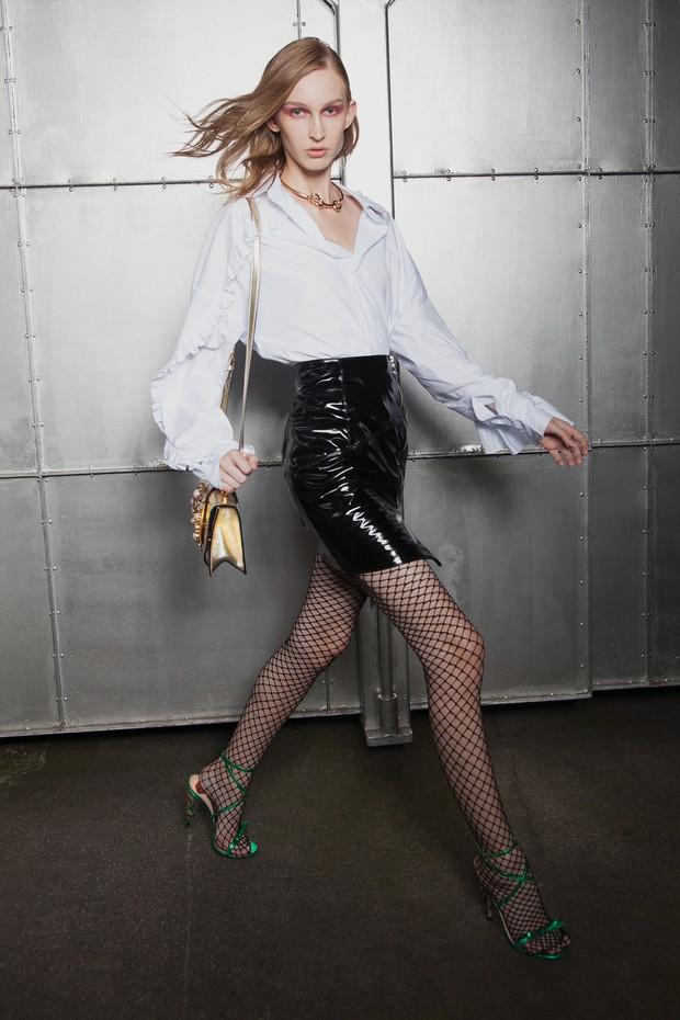 Camisa Animale (R$ 998), saia Sphynx (R$ 320), meia arrastão Capezio (R$ 20), bolsa Miu Miu (R$ 10.550) e sandálias Gucci (R$ 4.170) (Foto: Cassia Tabatini, Alique/Reprodução Vogue Paris P. 70, Christian Vierig/Getty Images, Imaxtree e Divulgação)