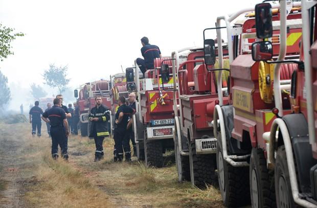 Caminhões de bombeiro combatem fogo perto de  Saint-Jean-d'Illac, a cerca de 20 km de Bordeaux, neste sábado; incêndio destruiu 600 hectares  (Foto: AFP Photo/Mehdi Fedouach)