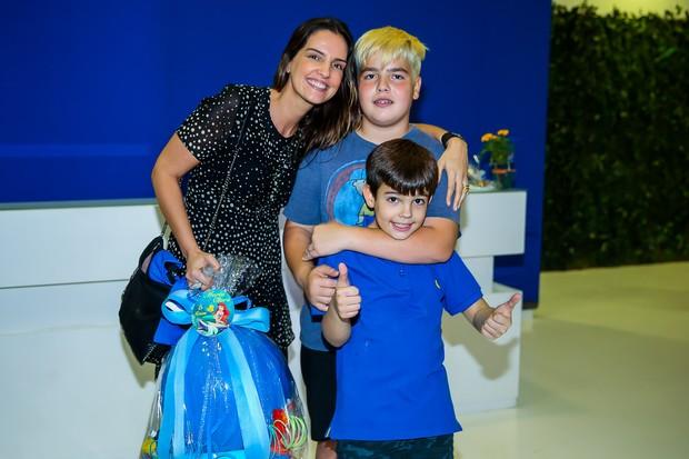 Luciana Cardoso com os filhos, João Guilherme e Rodrigo (Foto: Manuela Scarpa / Brazil News)