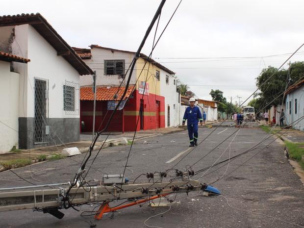 Equipe da Eletrobrás já iniciou a substituição dos postes (Foto: Gustavo Almeida/G1)