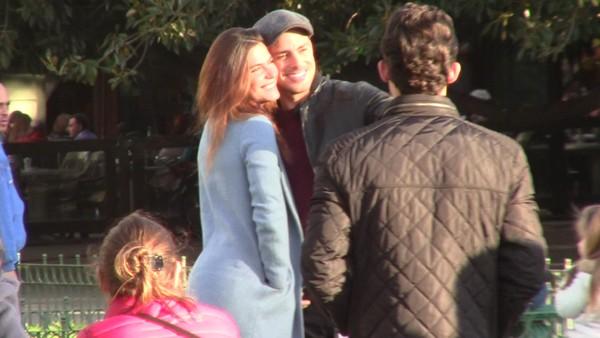 Cauã Reymond passeia com Mariana Goldfarb e a filha, Sofia, na Argentina