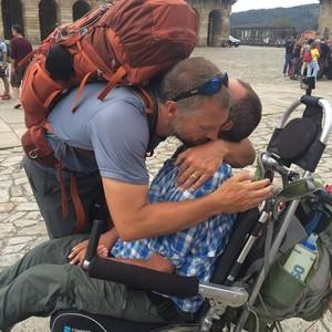 Justin e Patrick comemoram o final do caminho (Foto: Reprodução/ Facebook)