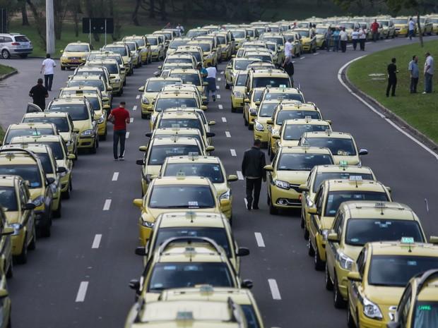 Taxistas realizam protesto contra o aplicativo Uber no Aterro do Flamengo (Foto: Fábio Motta/Estadão Conteúdo)
