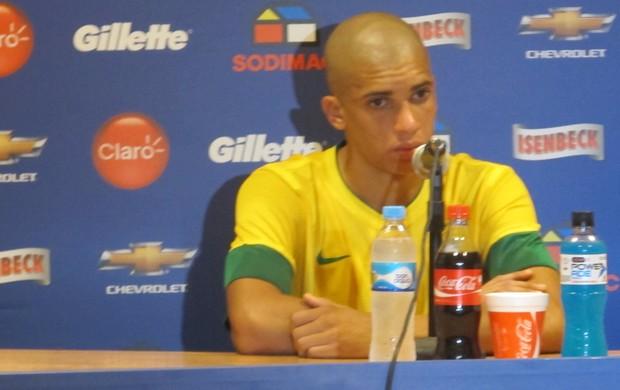 Dória na entrevista coletiva após a estreia da Seleção (Foto: Marcelo Baltar/Globoesporte.com)