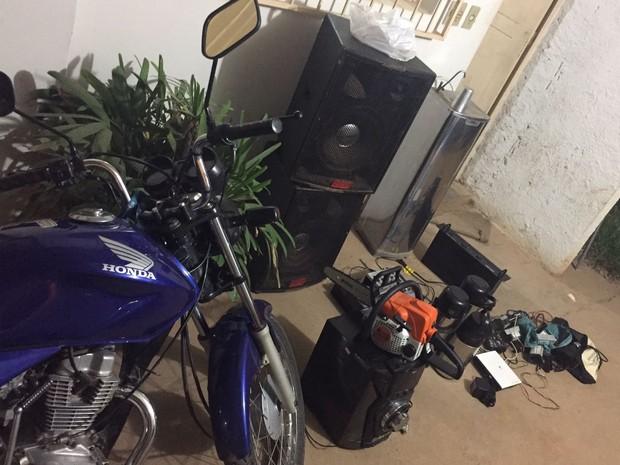 Além da moto com registro de furto, militares apreenderam outros objetos na casa da suspeita (Foto: Polícia Militar/Divulgação)