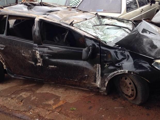 Carro em que família estava ficou praticamente destruído após o acidente; casal segue internado em estado grave em hospital de Sarandi (Foto: Marco Matos / RPC)