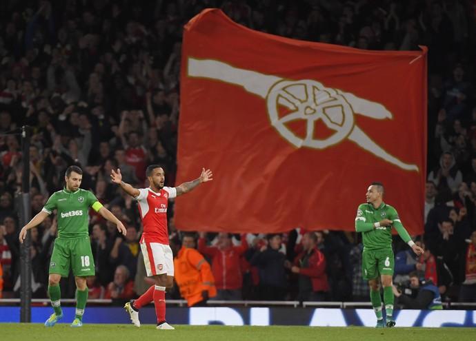 Walcott comemora gol sobre o Ludogorets diante da bandeira do Arsenal (Foto:  Reuters / Toby Melville)