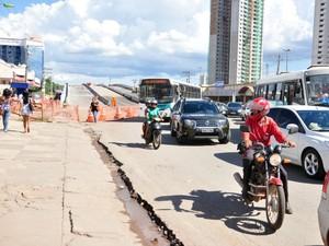 Obra de viaduto do VLT tem causado transtornos. (Foto: Renê Dióz/G1)