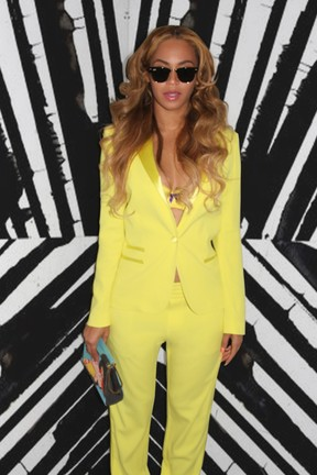 Beyoncé posa com sutiã à mostra (Foto: Site Oficial/ Reprodução)
