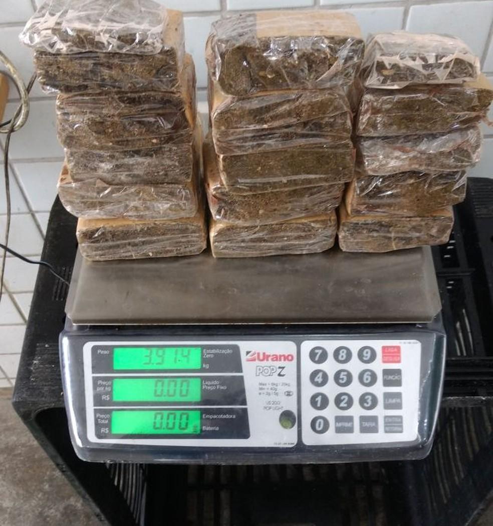 Quase quatro quilos de maconha foram apreendidos na sala de  revista de visitantes do Cotel (Foto: Ascom/Sindasp-PE)
