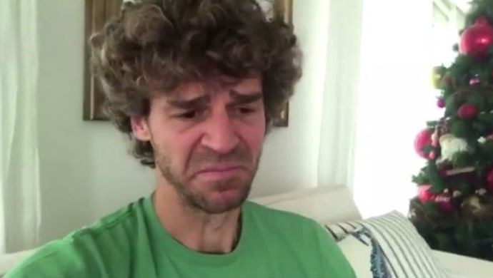 Guga se emociona ao gravar vídeo sobre tragédia com o avião da Chapecoense (Foto: Reprodução)