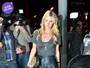 Look do dia: Nicky Hilton combina saia de couro, camiseta e sandália sexy