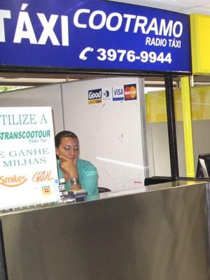 Guichê de atendimento de táxi especial no Galeão (Foto: João Bandeira de Mello/G1)