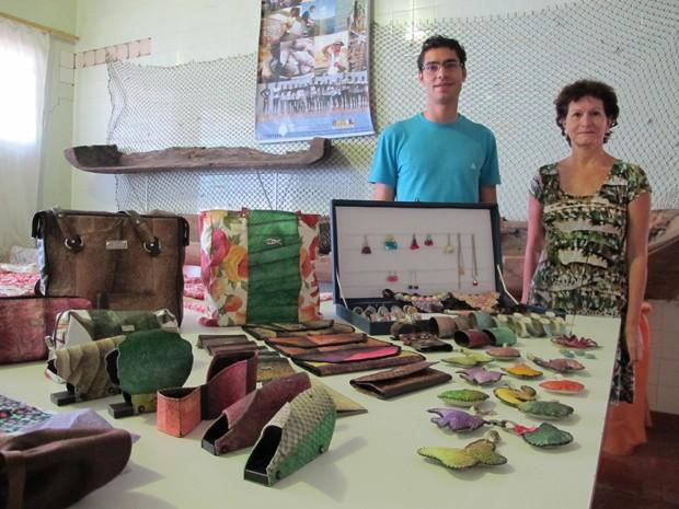 Diego e Valdete que fazem as peças com couro de peixe (Foto: Mariane Rossi/G1)