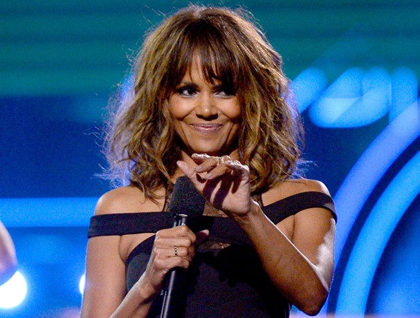 BURBANK, CALIFORNIA - APRIL 09:  Actress Halle Berry speaks onstage during the 2016 MTV Movie Awards at Warner Bros. Studios on April 9, 2016 in Burbank, California.  MTV Movie Awards airs April 10, 2016 at 8pm ET/PT.  (Photo by Kevork Djansezian/Getty Im (Foto: Getty Images)