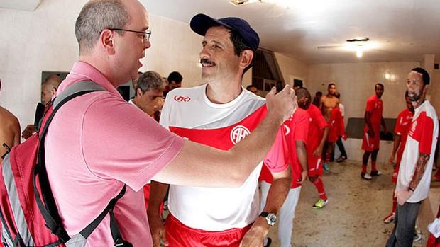 Ronald, ex-lateral do Flu, tocando com o grupo Turbilhão Carioca (Foto: Onepress / Ascom-America-RJ)