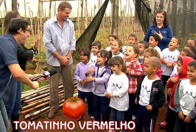Marcão cantou junto com a criançada no agradecimento pelos tomates (Foto: Reprodução / TV TEM)