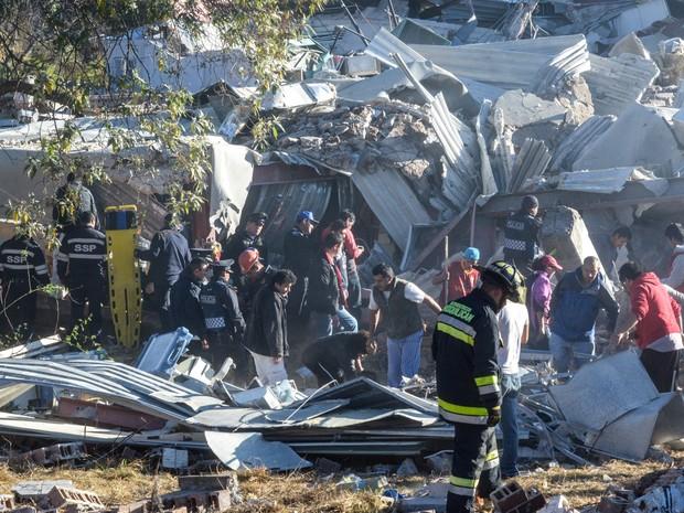 Equipes de resgate trabalham nos destroços do hospital infantil que explodiu em Cuajimalpa, na Cidade do México (Foto: David Deolarte/AFP)