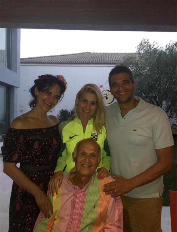 Flávia Alessandra com o pai e os irmãos (Foto: Reprodução / Instagram)