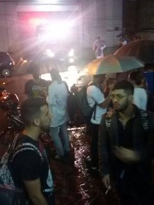 Estudantes foram retirados após o fogo começar em universidade de Santos (Foto: G1)