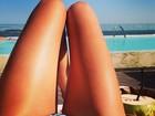 Top Izabel Goulart exibe barriga chapada em dia 'relax' no Rio