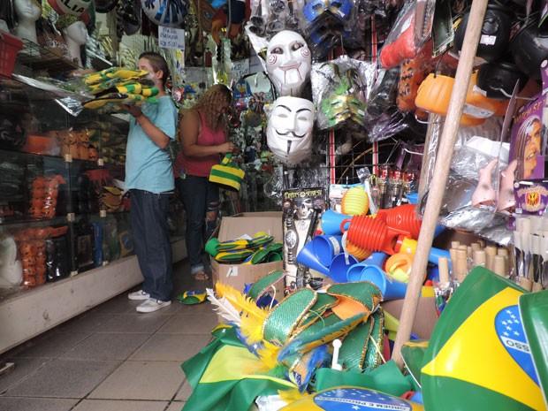 Lílian Silva começa a organizar mudança em vitrine de loja (Foto: Vitor Tavares / G1)