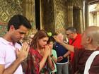 Marina Ruy Barbosa recebe benção em templo na Tailândia