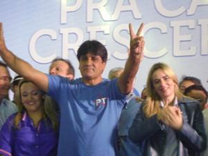 Daniella estava acompanhada do candidato a vice Perón (Foto: Rafael Melo/G1)