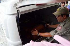 Carro da funerária chega para buscar corpo de Raquel Santos (Foto: Juliana Stott)