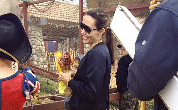 Angelina Jolie com coxa de peru (Foto: The Grosby Group)