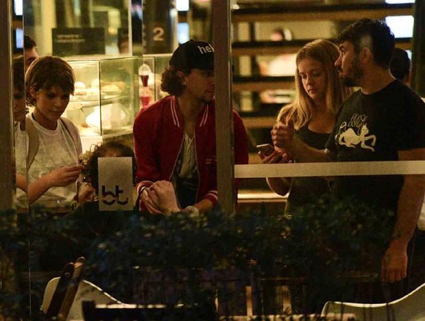 Isabela e Gabi com amigos (Foto: AgNews / Leo Franco)