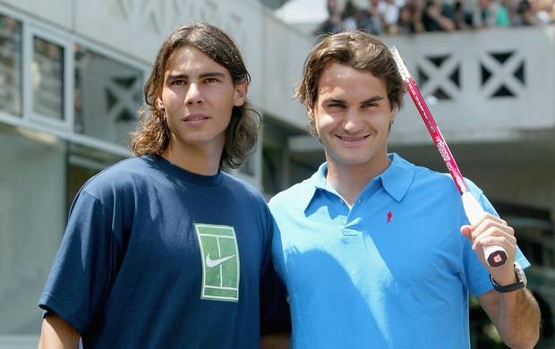 Dois tempos: Rafael Nadal e Roger Federer em 2005... (Foto: Getty Images)
