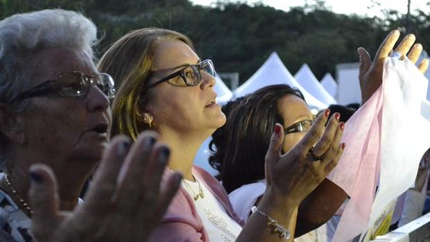 Missa recebe milhares de fiéis no fim da Festa (Viviane Machado/ G1 ES)