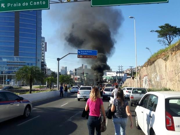 Protesto de moradores fecha Ponte da Passagem, em Vitória  (Foto: Foto leitor - A Gazeta)