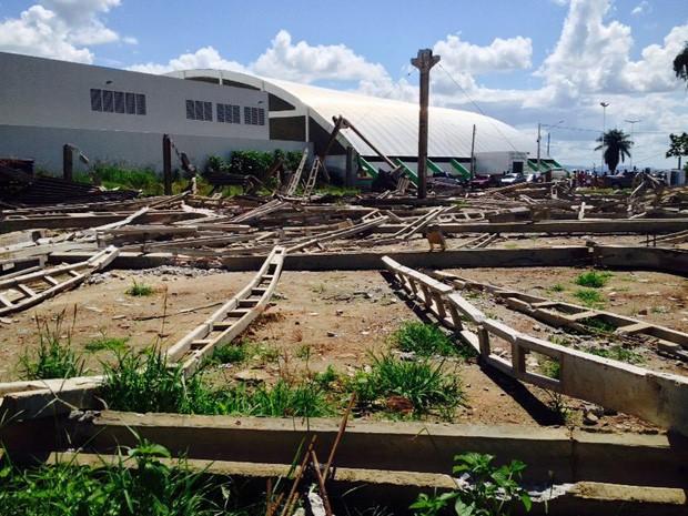 Estrutura de galpão desaba em Carpina (Foto: Kety Marinho/TV Globo)