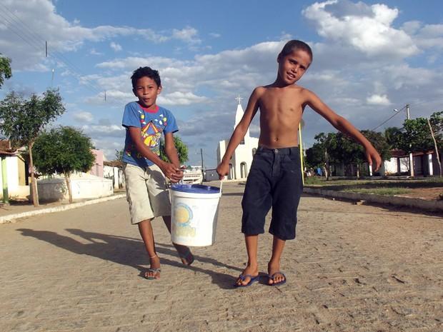 Até as crianças de São José do Seridó, RN, precisam carregar água   (Foto: Anderson Barbosa/G1)