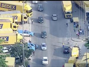 Polícia Militar acompanhava o ato (Foto: Reprodução/ TV Globo)