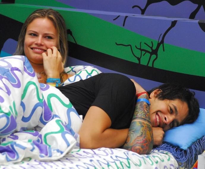 Natália Casassola e Rafinha no quarto do BBB8 (Foto: Globo / Kiko Cabral)